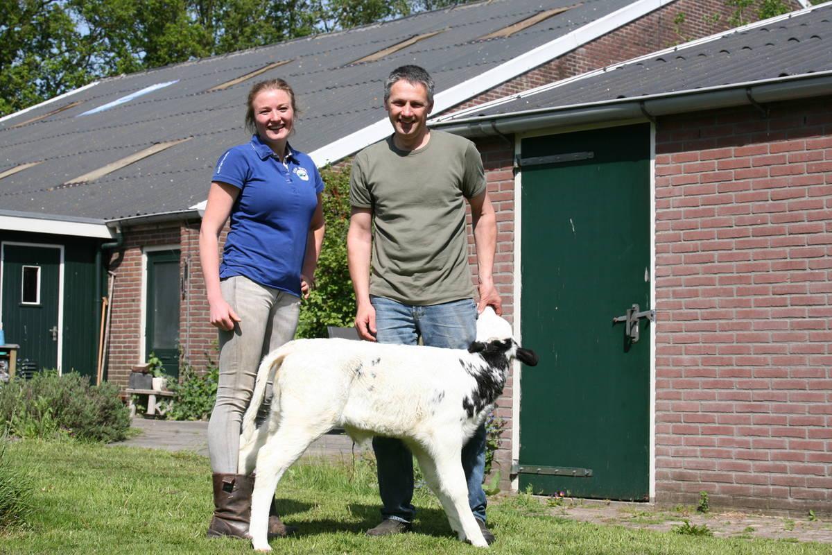 Veehouder Henk Westerhof en dierenarts Tjarda Sinnige
